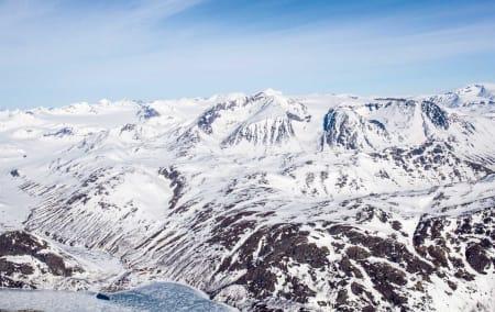 Fra Memurubu er det to alternative veier opp på Surtningssue (2358 moh) Den røde linjen er mer  direkte og raskere, mens den blå linjen kan være et tryggere alternativ under visse forhold.  Foto: Marte Stensland Jørgensen / Høgruta i Jotunheimen.