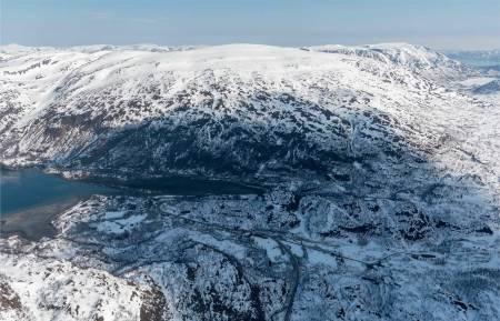Gievdenerassa sett fra sørvest med Øksfjordbotn i forgrunnen. Foto: Jan R. Olsen. / Trygge toppturer.