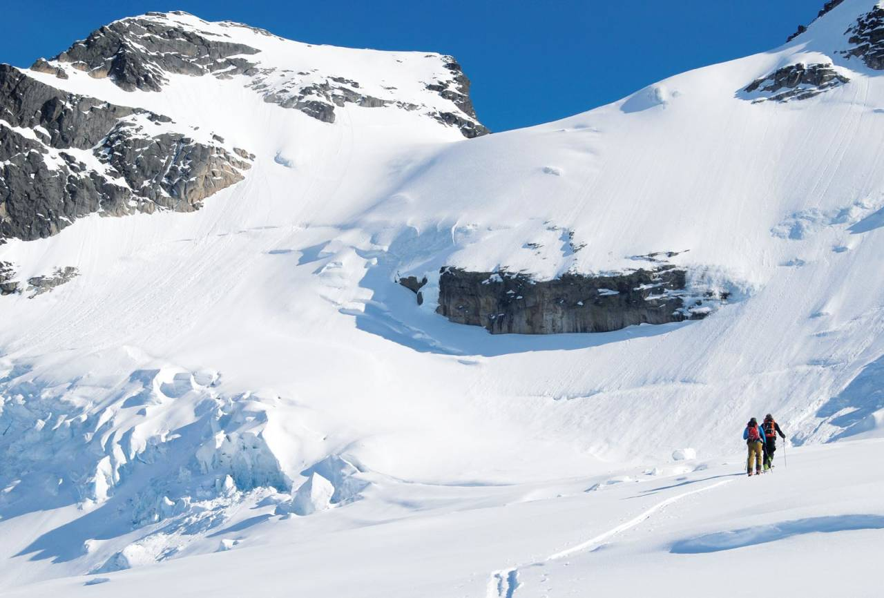 På veg opp Styggedalsbreen.  Her har breen smelta mykje ned seinare år. Foto: Erlend Sande. / Toppturar i Sogn.