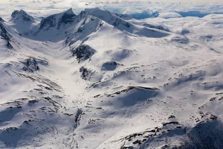 Lauvnostinden sett fra nord. Den spisse, markerte toppen i bakgrunnen er Store Ringstind. Foto: Thomas B. Svendsen / Trygge toppturer