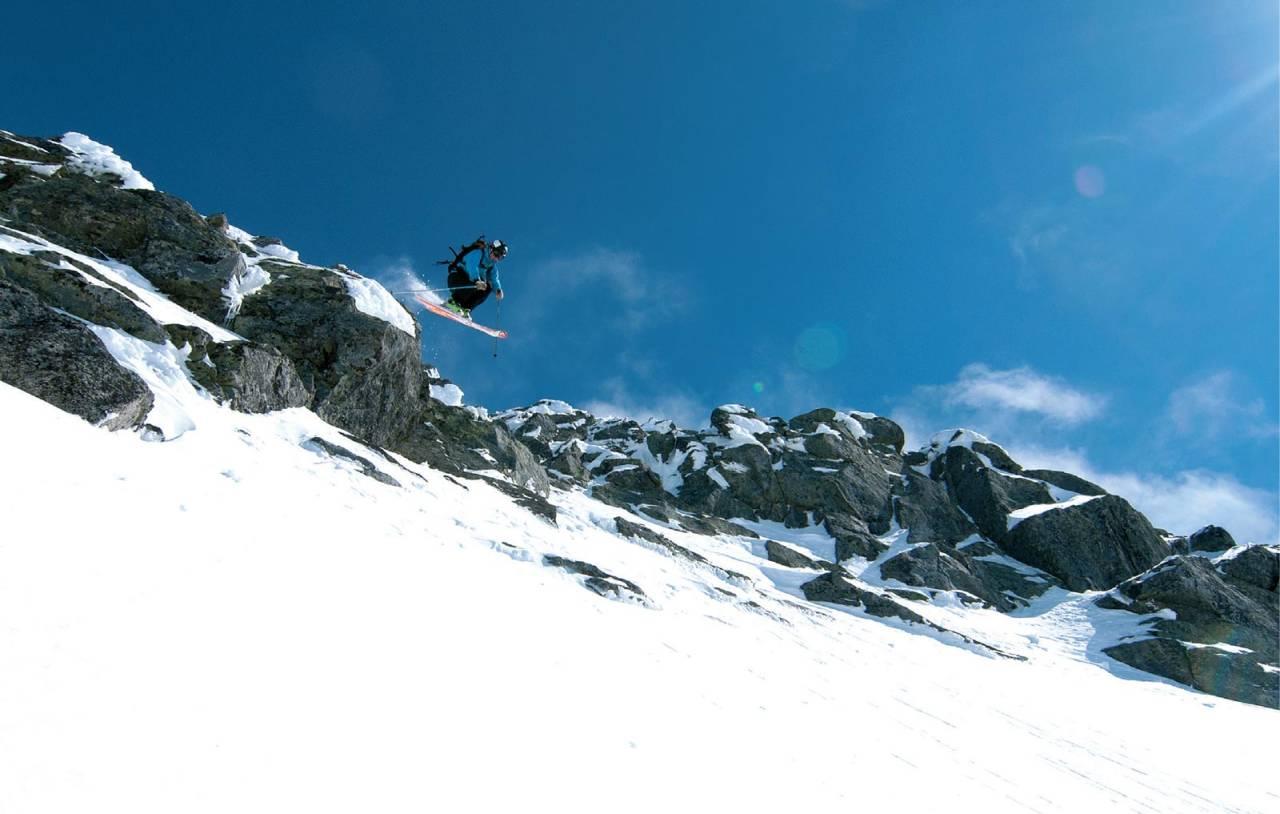 Ein treng ikkje hoppe inn i renna på vestsida frå Nebbskar, men nokre skilauparar likar luft under plankane. Foto: Bjørnar Bjørhusdal. / Toppturar i Sogn.