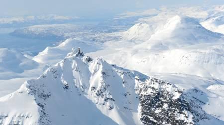 Læigastind fra nordøst, med Rivtinds bratte nordøstside i forgrunnen. Foto: Rune Dahl / Toppturer rundt Narvik.