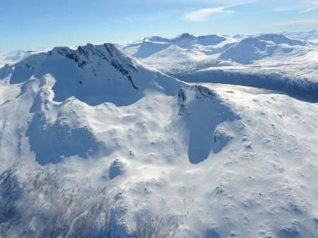 Litletind fra øst. Opp A/Ned 1 går bak toppen og opp til kammen til venstre for toppen. Foto: Rune Dahl / Toppturer rundt Narvik.