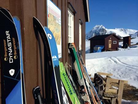 Lossihyttene with Huinnarčohkka  in the background. Photo: Mikael af Ekenstam / Toppturer rundt Narvik.