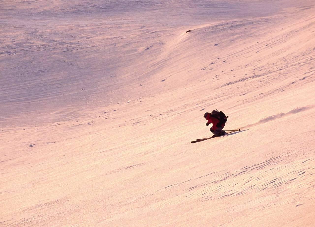 Mikael af Ekenstam koser seg på store snøfelt. Foto: Lars Thulin / Toppturer rundt Narvik.