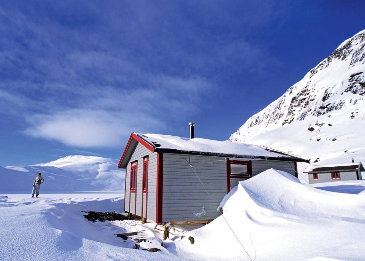 Blåvatnhyttene og sørveggen på Skittendalstinden. Foto: Lars Thulin / Toppturer rundt Narvik.