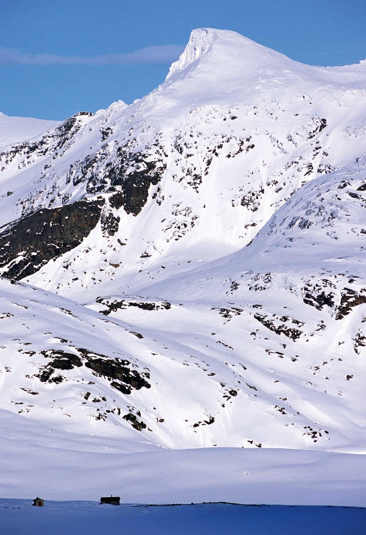 Blåvatnhyttene med den høyeste toppen på Slettfjellet i bakgrunnen. Foto: Lars Thulin / Toppturer rundt Narvik.