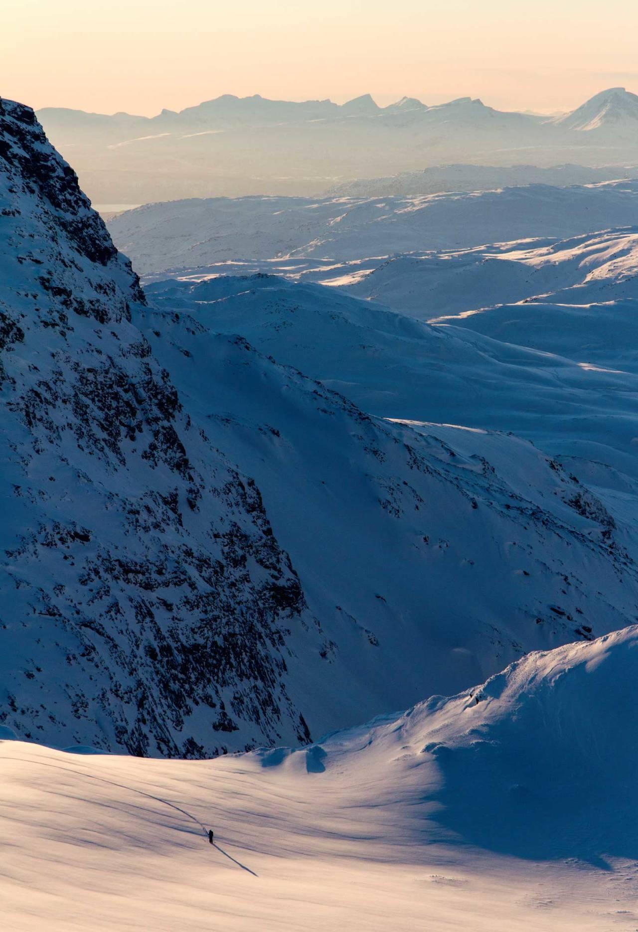 David Nilsson på den lange Vassečohkka-ryggen. Nedre del av Triangelen på Vuoiddasriida vises i bakgrunnen. Foto: Robin Andersson / Toppturer rundt Narvik.