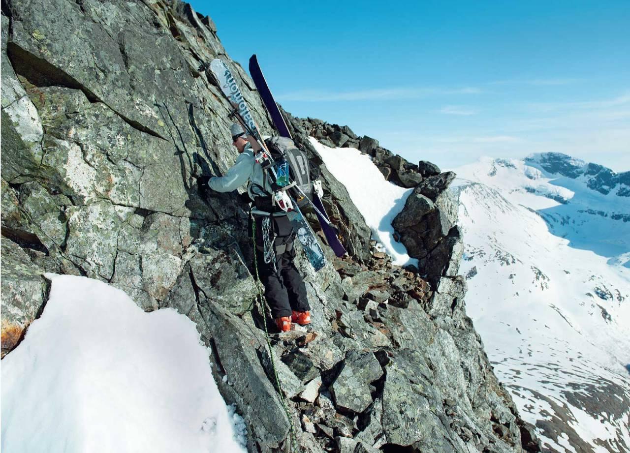 Mikael af Ekenstam griper an den avsluttende klatretraversen under toppen på Klubbviktinden. Foto: Lars Thulin / Toppturer rundt Narvik.