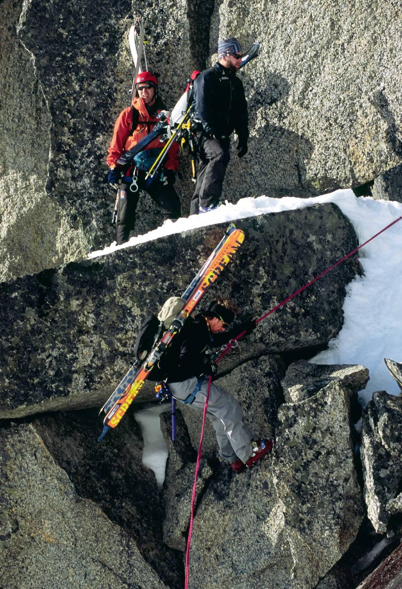 Mikael af Ekenstam på den korte rappellen halvveis langs eggen. Trond Solberg og Martin Morell venter på tur. Foto: Lars Thulin / Toppturer rundt Narvik.