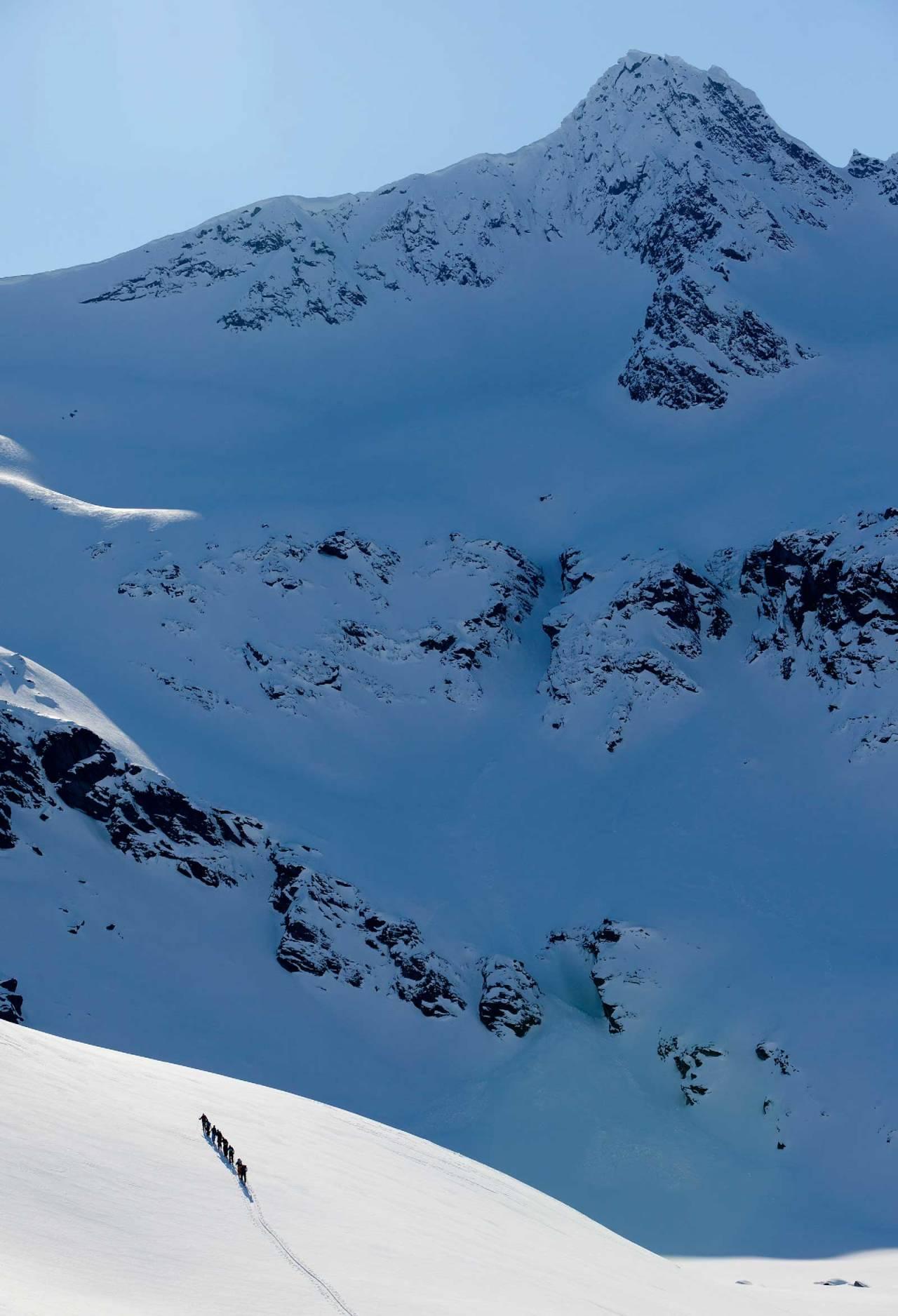 Guidet gruppe på tur opp mot Nonstinden. Foto: Fredrik Schenholm/Pure Freeridecamp / Toppturer rundt Narvik.