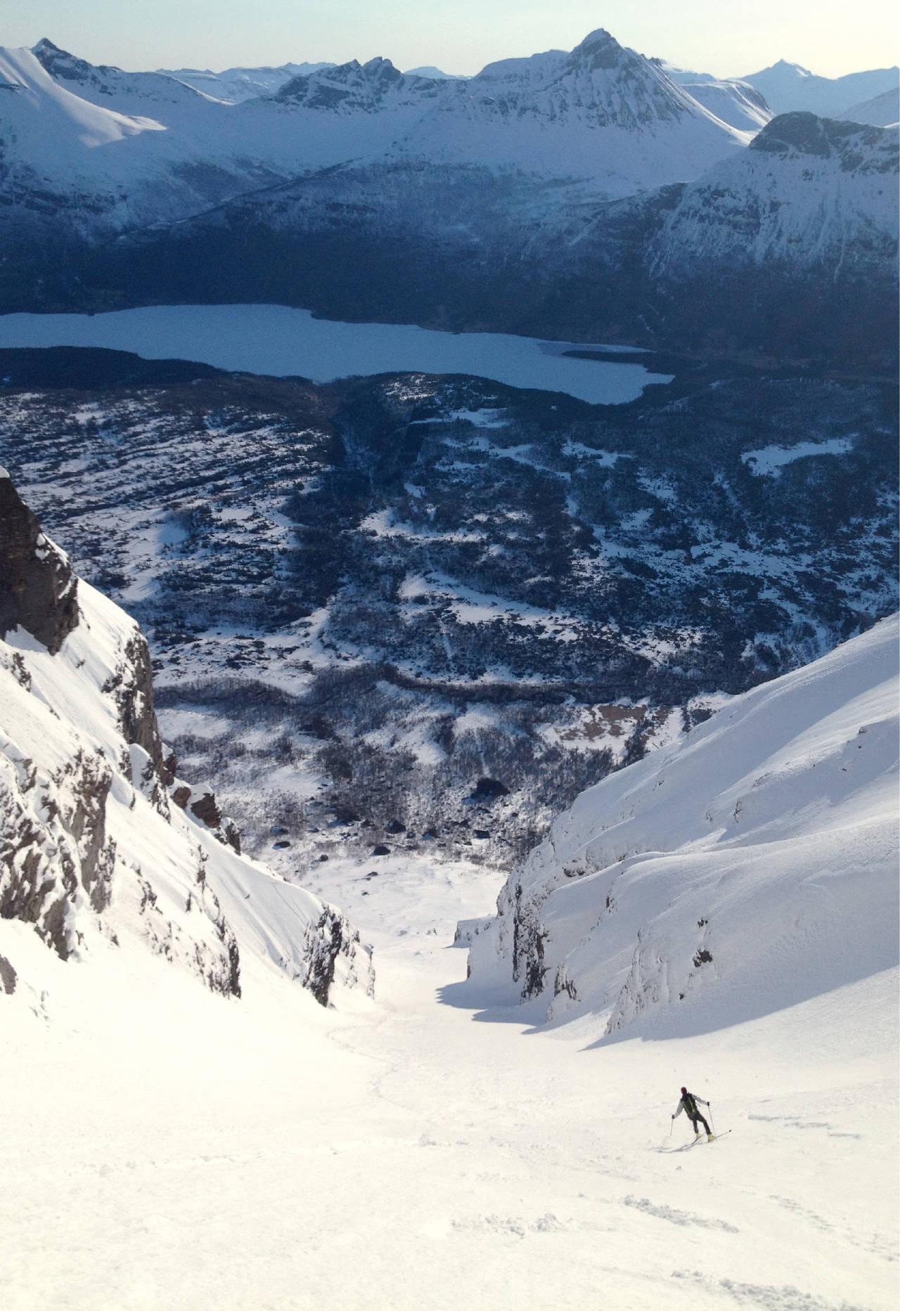 Einar Sund på tidlig morgentur i Novatindsrenna. Foto: Mikael af Ekenstam / Toppturer rundt Narvik.