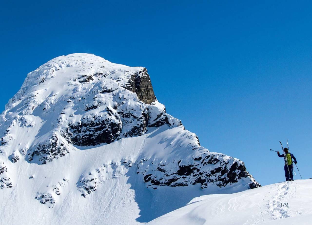 Lars-Åke Krantz peker ut veien videre fra vestkammen og oppover mot toppen. Foto: Robin Andersson / Toppturer rundt Narvik.