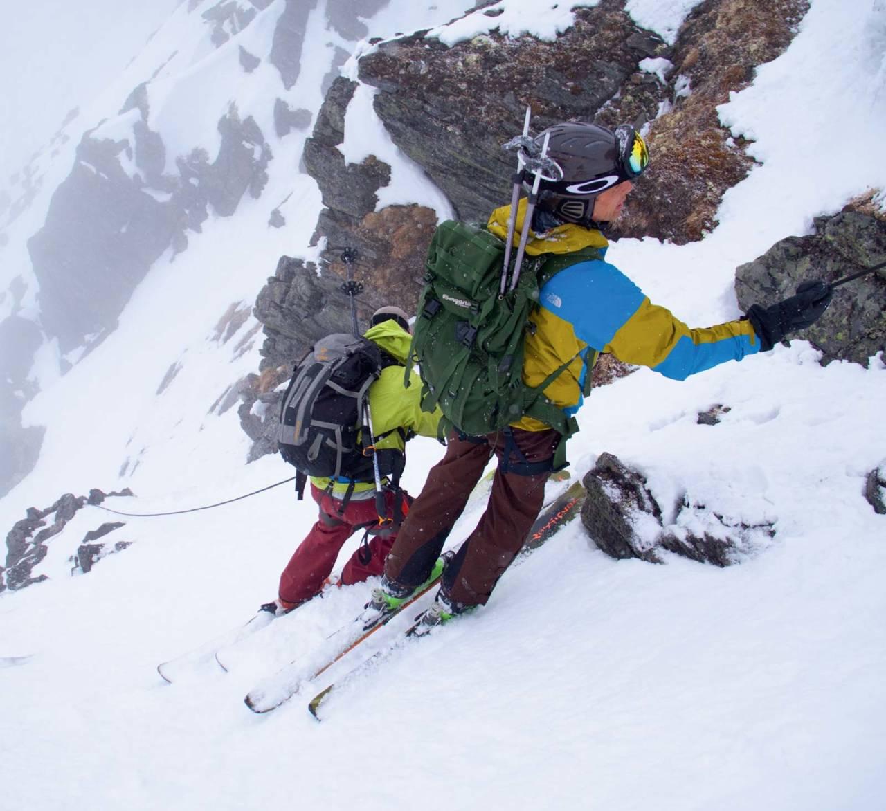 Fra Tredjetoppen og ned til passet før Moskočohkka kan det være greit å bruke tau. Mikael af Ekenstam og Ole Embret Fodnæss beveger seg nedover. Foto: Simen Berg