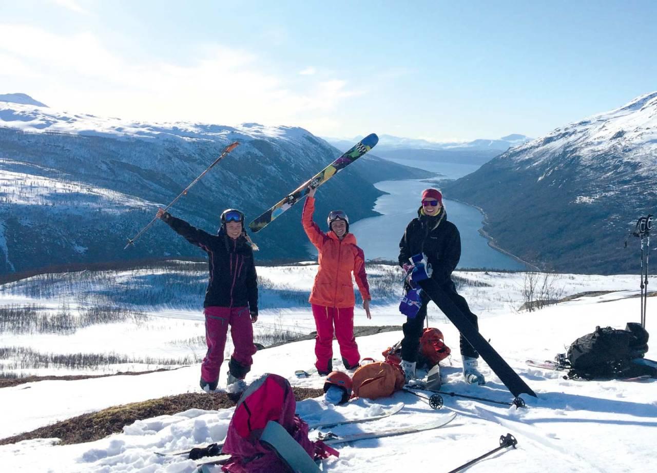 Ingrid Hjallar, Ingrid Sommerli og Pernille Bjerke er godt fornøyde med å ha kommet opp på Raudtinden. Foto: Mari Ravn / Toppturer rundt Narvik.