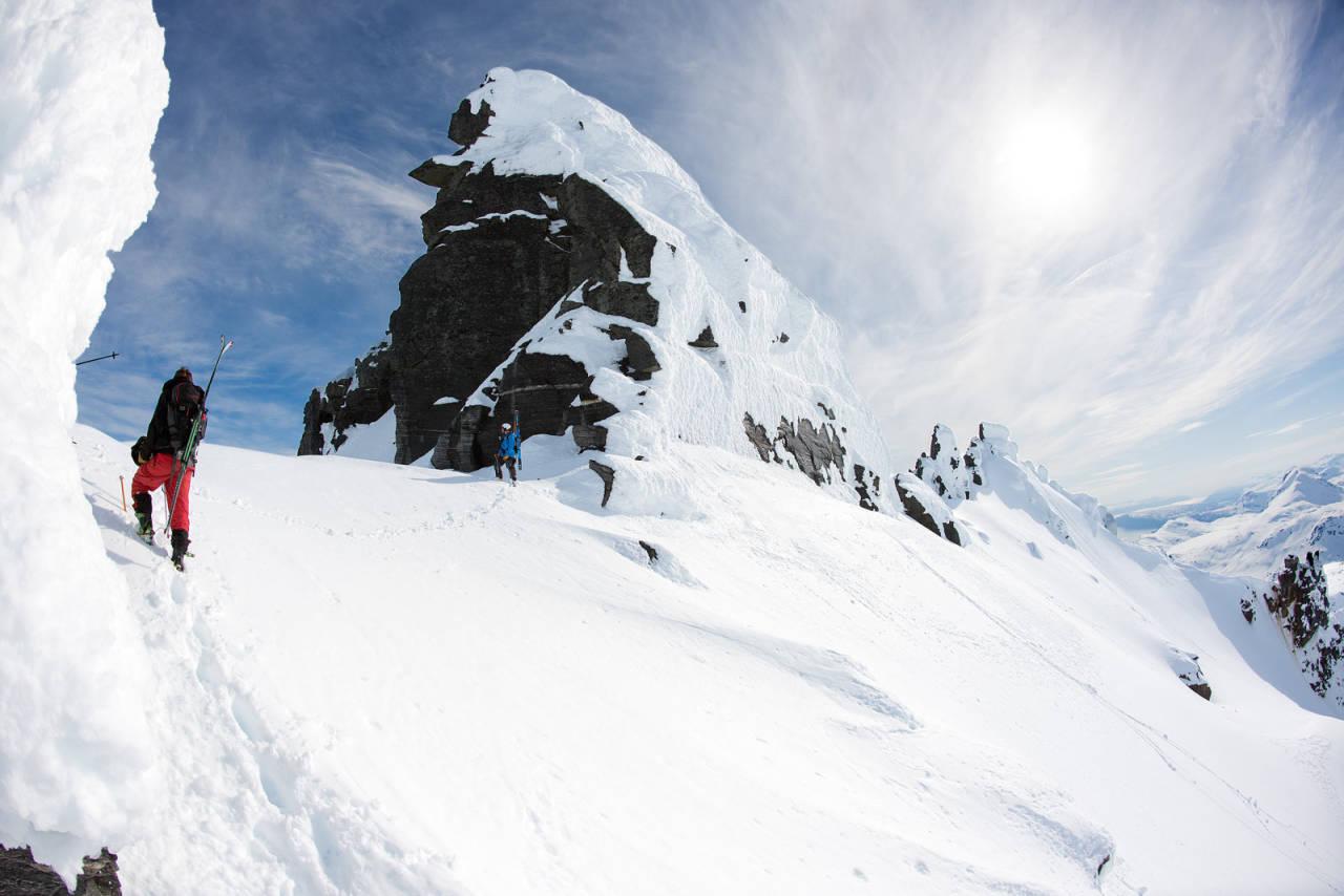 Det høyeste punktet på Rivtind er en real utfordring. Den siden som vises på bildet er den enkleste veien opp. Foto: Lars Thulin / Toppturer rundt Narvik.