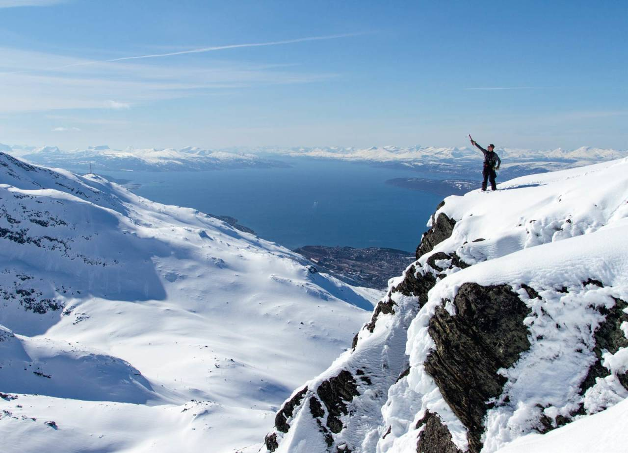 Fredrik Lilja nært toppen av Rombakstøtta. Narvik by vises i bakgrunnen. Foto: Robin Andersson / Toppturer rundt Narvik