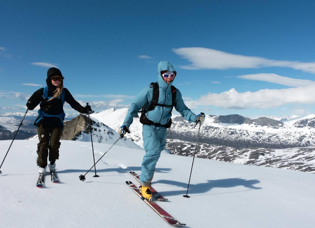 Vilda Thulin og Josef Sjögren rett under toppen på Rundtinden. I bakgrunnen vises Lappviktinden. Foto: Lars Thulin / Toppturer rundt Narvik.