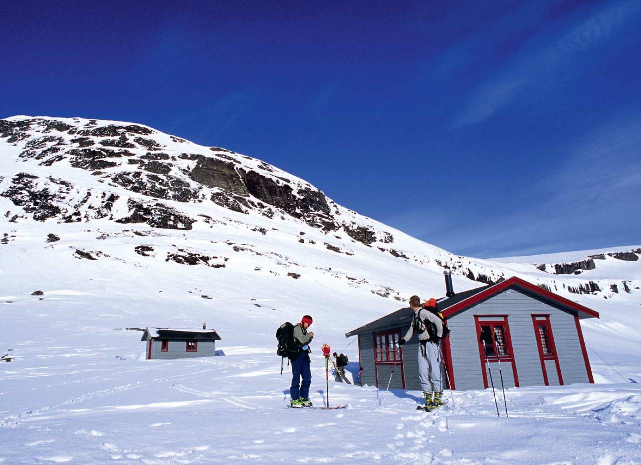 Turen opp på Skittendalstinden starter rett bak Blåvatnhyttene. Deler av det bratte hyllesystemet vises til høyre på bildet. Foto: Lars Thulin / Toppturer rundt Narvik