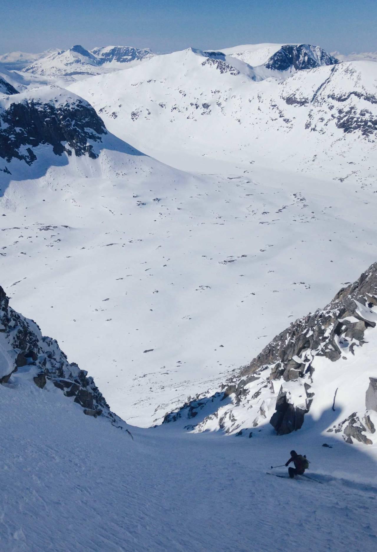 Mikael af Ekenstam på tur ned i Sørlendingen på Ristačohkka, et alternativt rutevalg for den som ønsker litt flere høydemetre. Foto: Kaj Sønnichsen / Toppturer rundt Narvik.