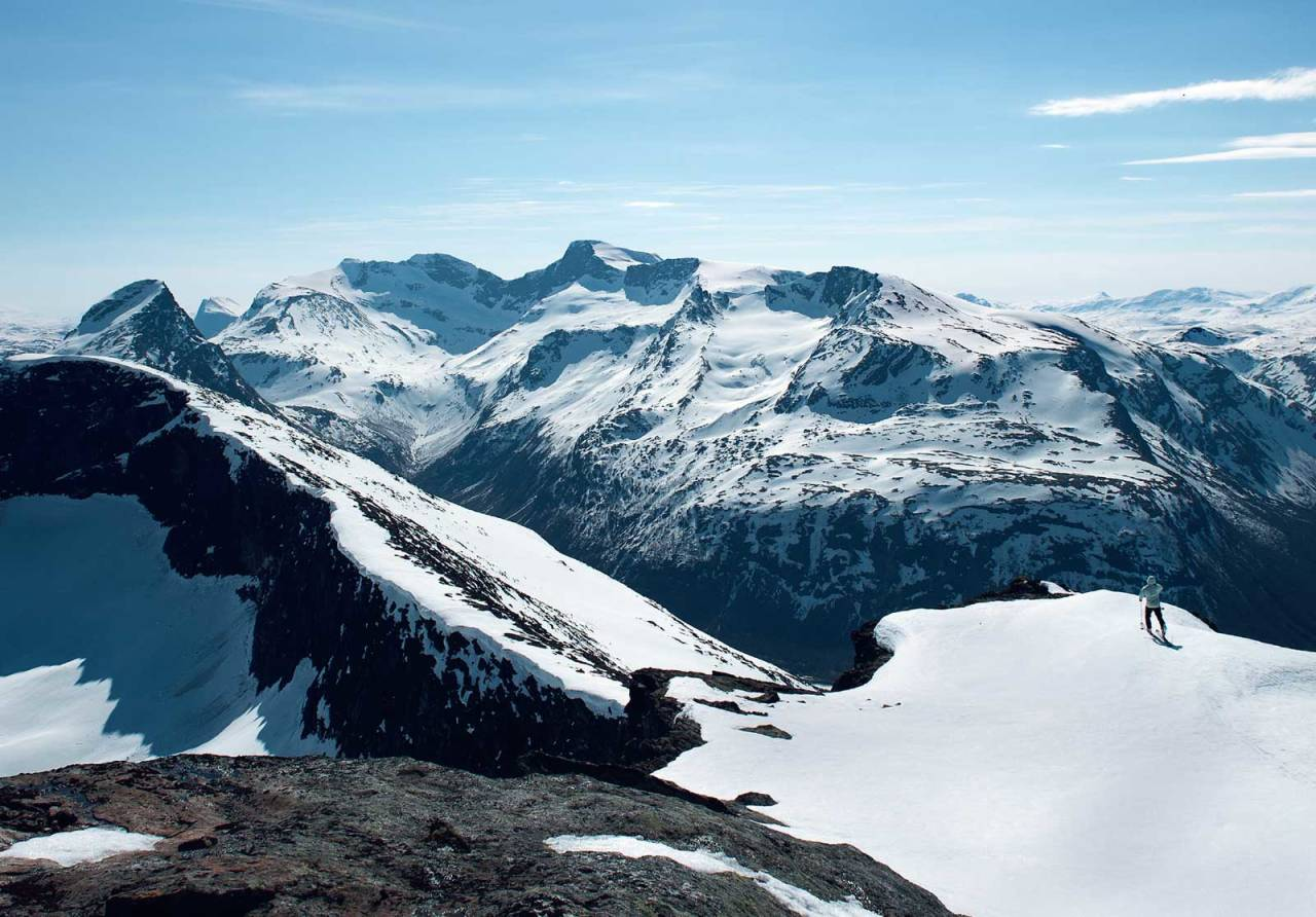 Eggen på Boazovárri. I bakgrunnen vises (fra venstre till høyre) Klubbviktinden, Reintind og Frostisen. Foto: Lars Thulin / Toppturer rundt Narvik.