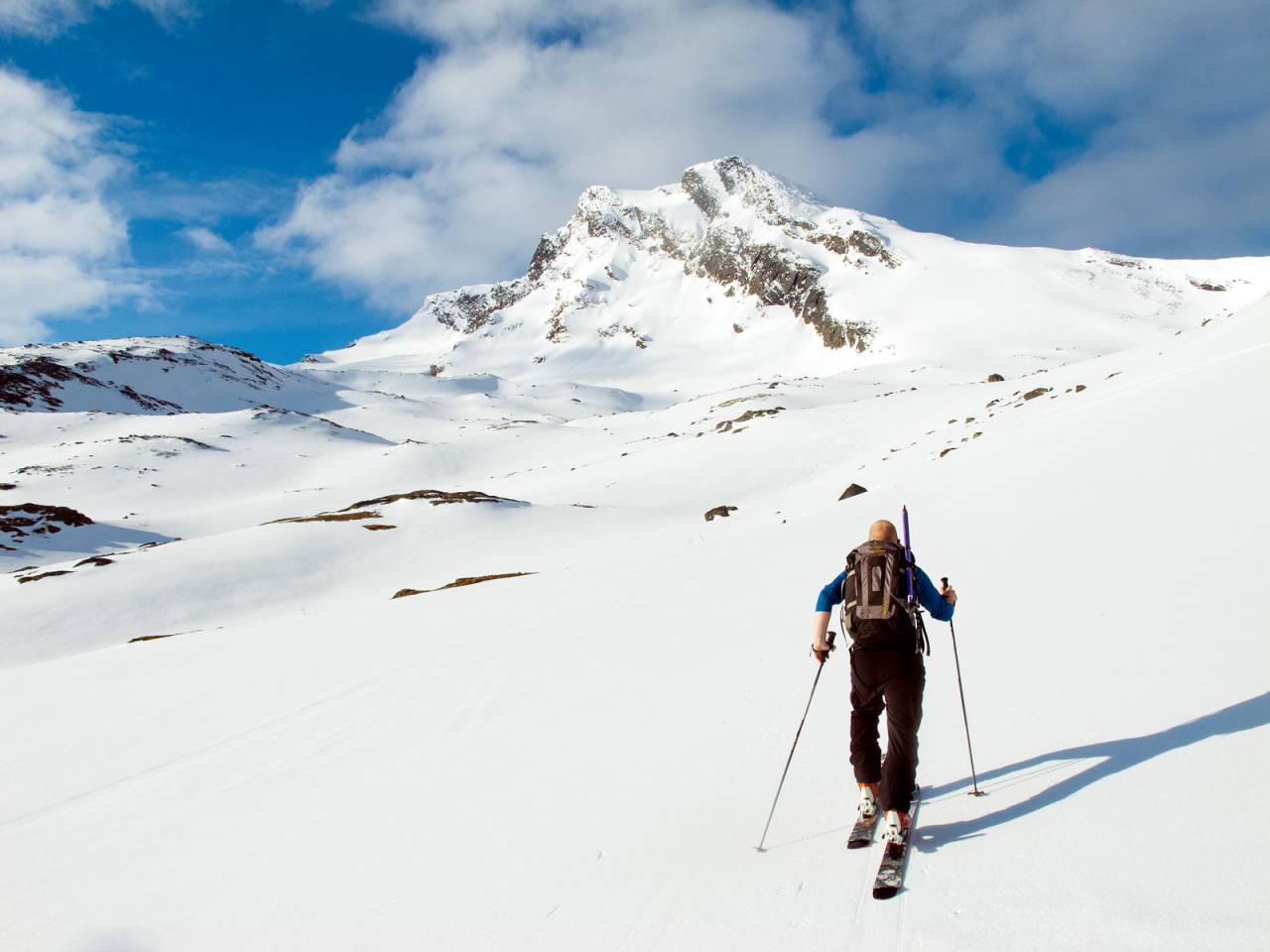 Mikael af Ekenstam med retning mot Sløret på Dronninga. Foto: Lars Thulin / Toppturer rundt Narvik.