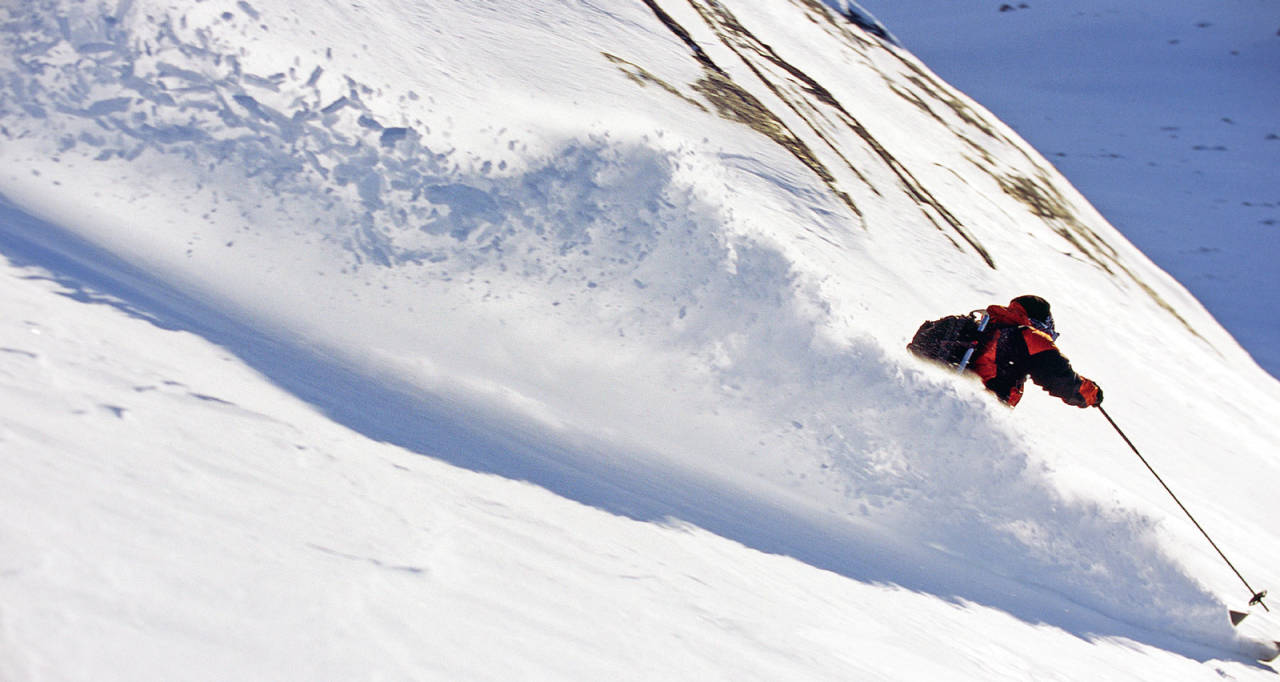 Jonas Abrahamsson på vei ned mot Hunddalen. Foto: Lars Thulin / Toppturer rundt Narvik.