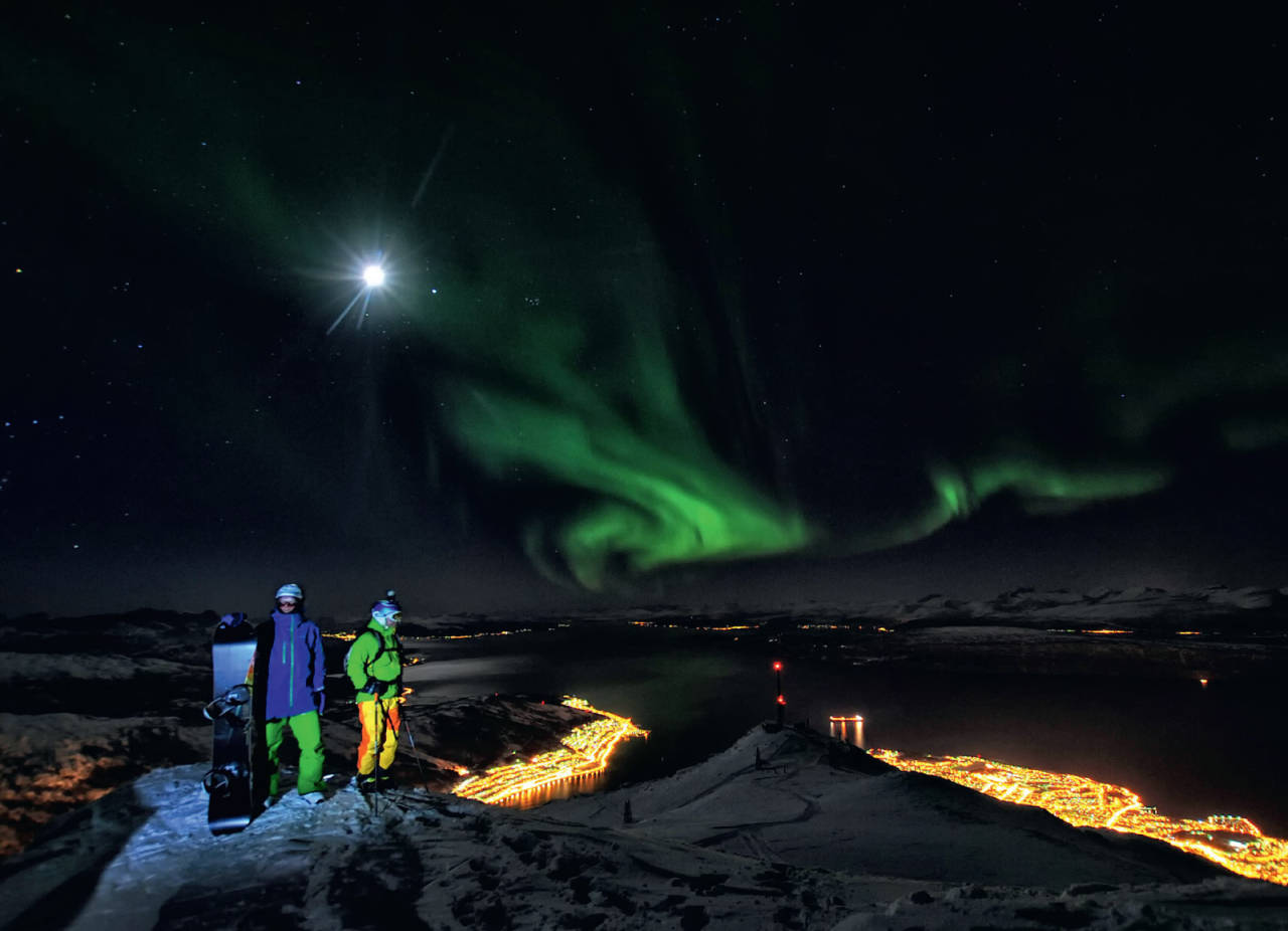Sture Pettersen og Pål-Eirik Pedersen på Andretoppen. Masta med de røde lysene er Linken, og markerer toppen av skianlegget. Foto: Rune Dahl / Toppturer rundt Narvik