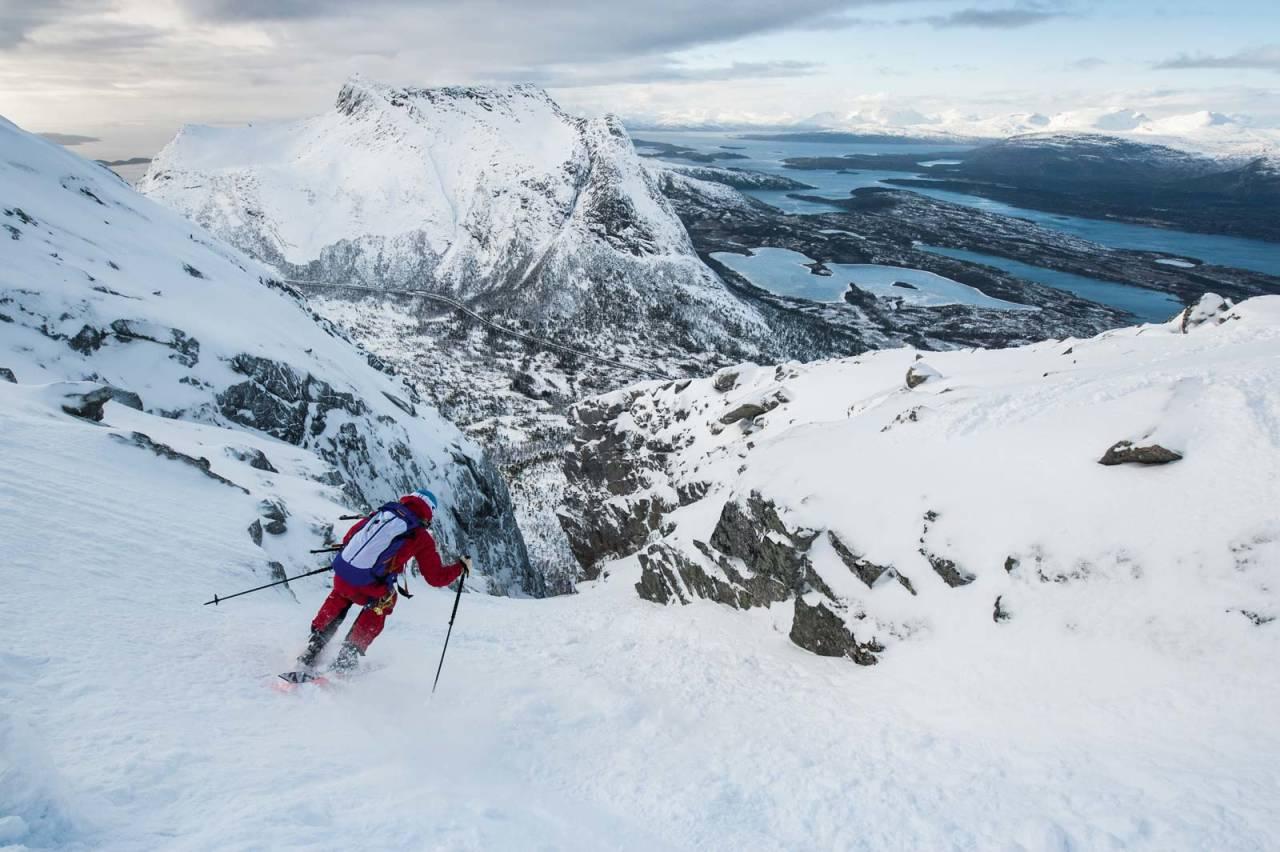 Brattkjøringsmester Andreas Fransson på tur ned fra topphelningen og ned i Kulhornsrenna. Foto: Daniel Rönnbäck / Fra Toppturer rundt Narvik