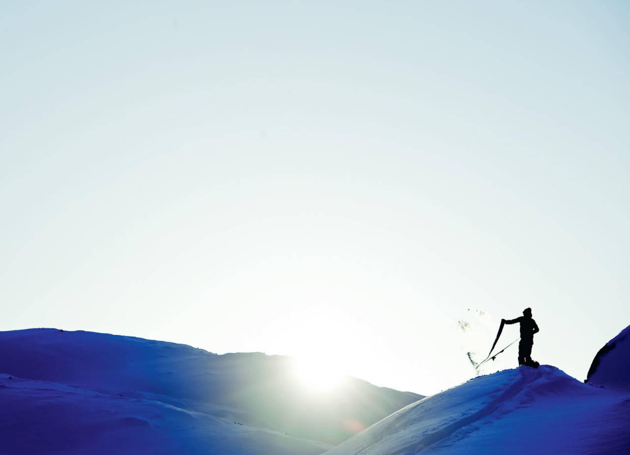 Kiruna-sønnen Janne Tjärnström rykker fellene av skiene før turen ned i solnedgangen. Foto: Mattias Fredriksson / Toppturer rundt Narvik.