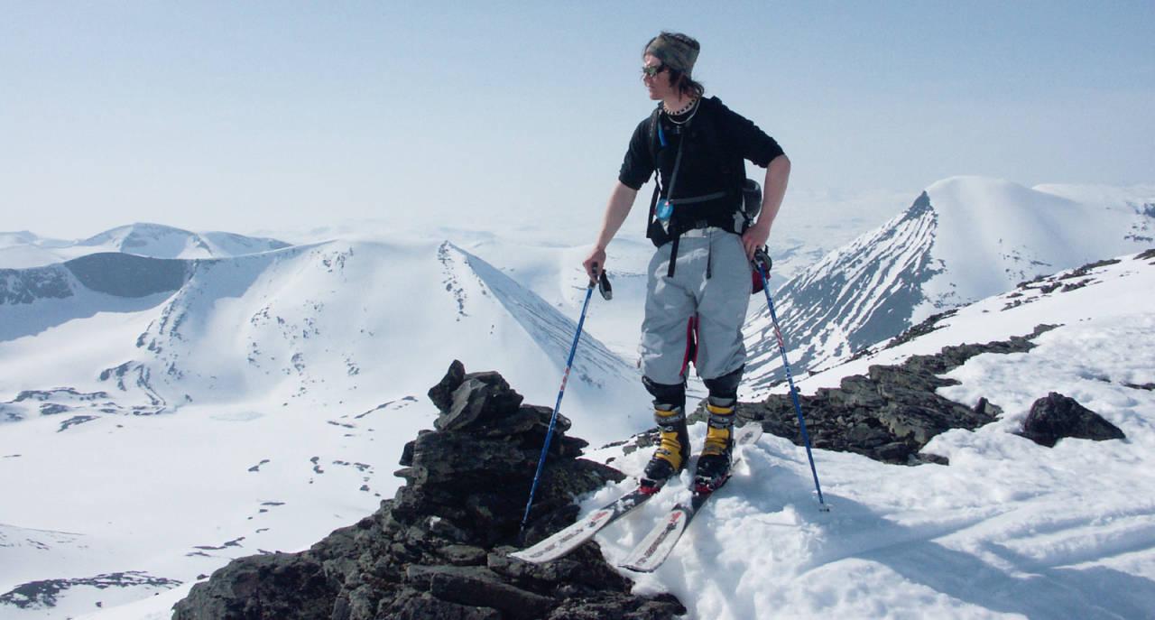 Telemark-legenden Per Jonsson på Pallentjåkkas topp, med Ballinbogičohkka bak til venstre og Tjåmuhas bak til høyre. Foto: Mikael af Ekenstam / Toppturer rundt Narvik.