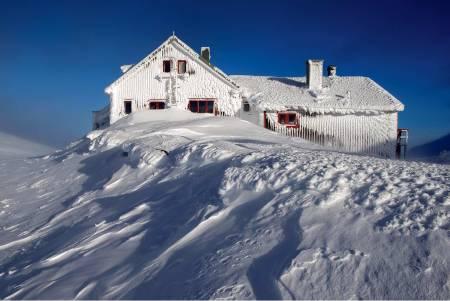 Låktatjåkkahytta ligger på et høydedrag og kan være skikkelig utsatt for vær og vind. Foto: Lars Thulin / Toppturer rundt Narvik.