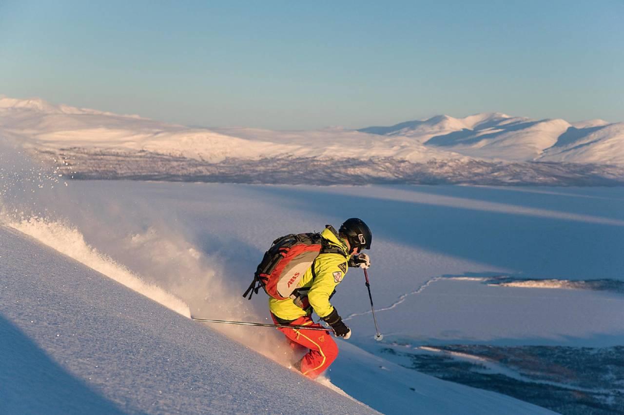 På tur ned fra Njullá, med Torneträsk i bakgrunnen. Foto: Peter Rosén / Toppturer rundt Narvik.