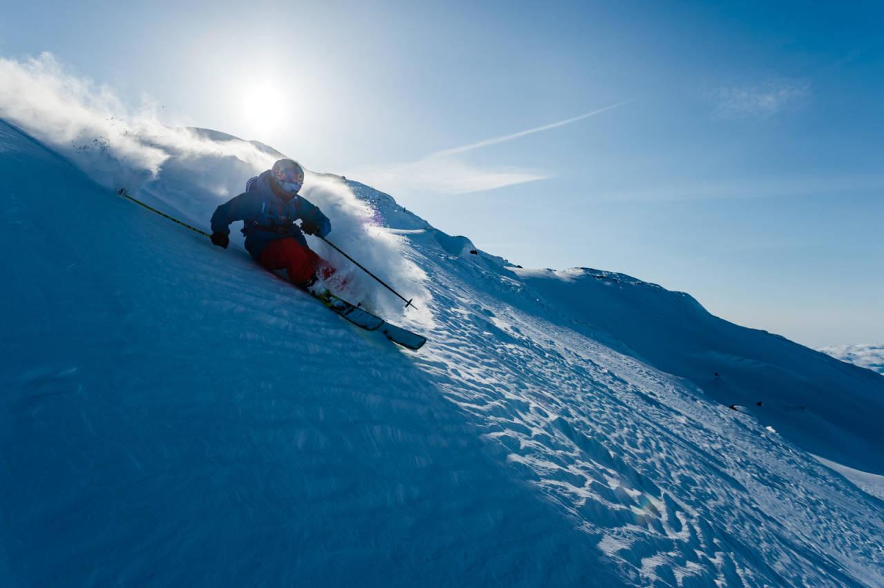 Tidligere frikjøringsverdensmester Henrik Windstedt vet hvordan man legger en sving. Foto: Mattias Fredriksson / Toppturer rundt Narvik.