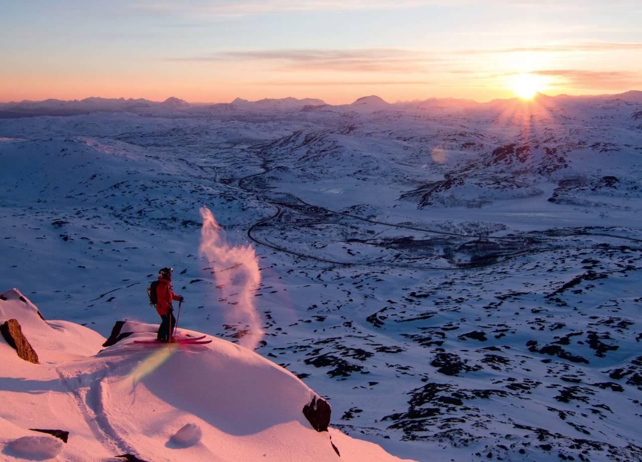 Kristoffer Turdell på tur ned Framsiden på Vassečohkka nord. Foto: Robin Andersson / Toppturer rundt Narvik.