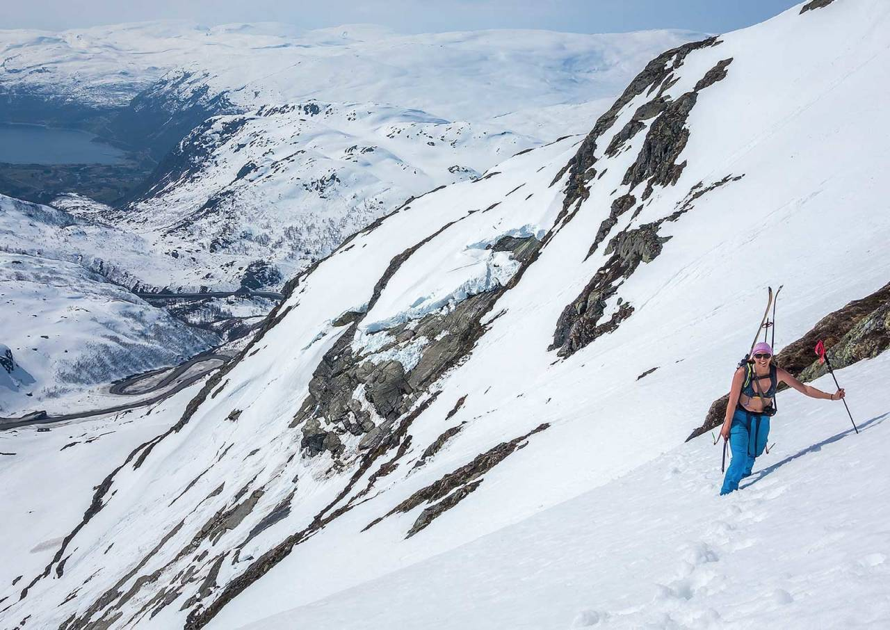 Bruddkanten bak i bildet ble dannet på vei opp via Bergestølen. Den tryggeste veien opp går fra Tarjebudalen. Foto: Lars Storheim. / Toppturer i Sørvest.