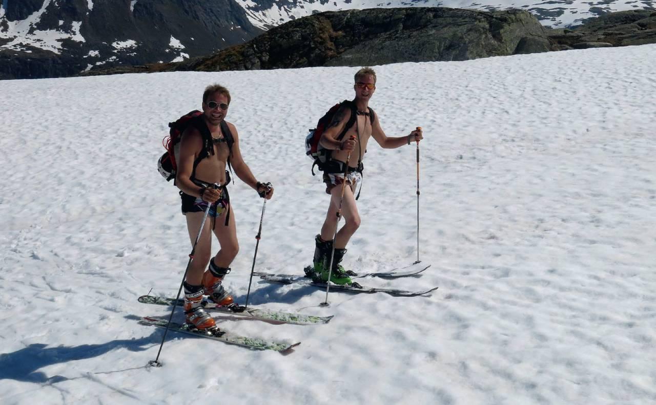 Ådne Mong og Arnt Even Tjensvoll bruner sommerkroppen på vei opp Holmanuten. Foto: Ida Sollie