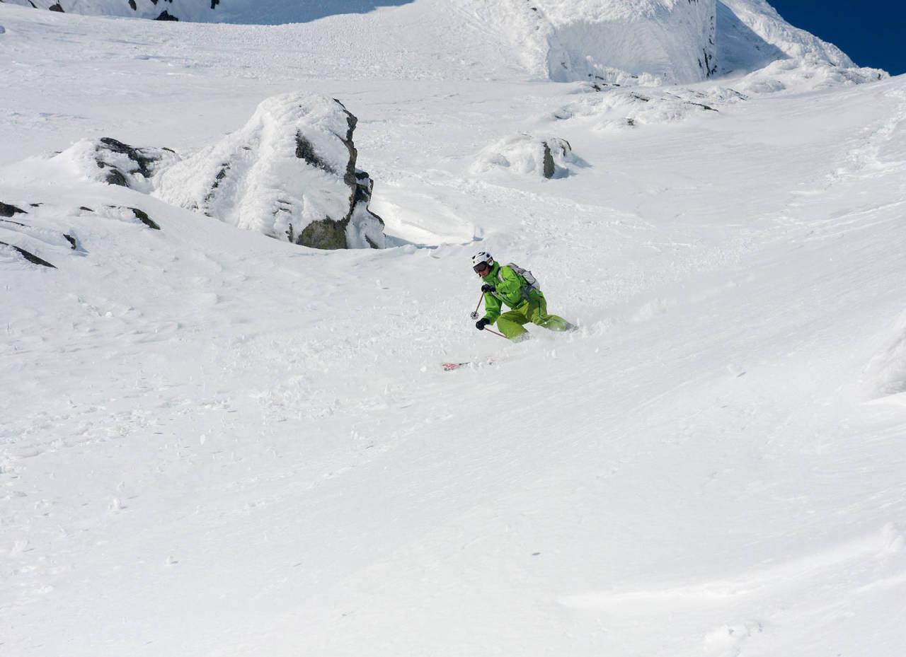 Jens Persson er på vei ned renna på Verjesteinsnuten. Foto: Pål Rype.