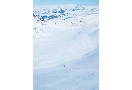 Fra skitrekket tok vi oss over til Vierskorene. På bildet ser vi Ida Sollie på vei ned mot Grøndalen. For ruteinformasjon, se foto på tur nummer 6. Foto: Lars Storheim ./ Toppturer i Sørvest.