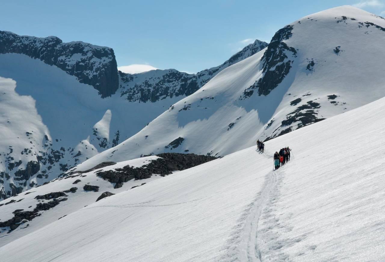 På vei til Omnatind får du god panoramautsikt til fjellene. Foto: Sandra Lappegard