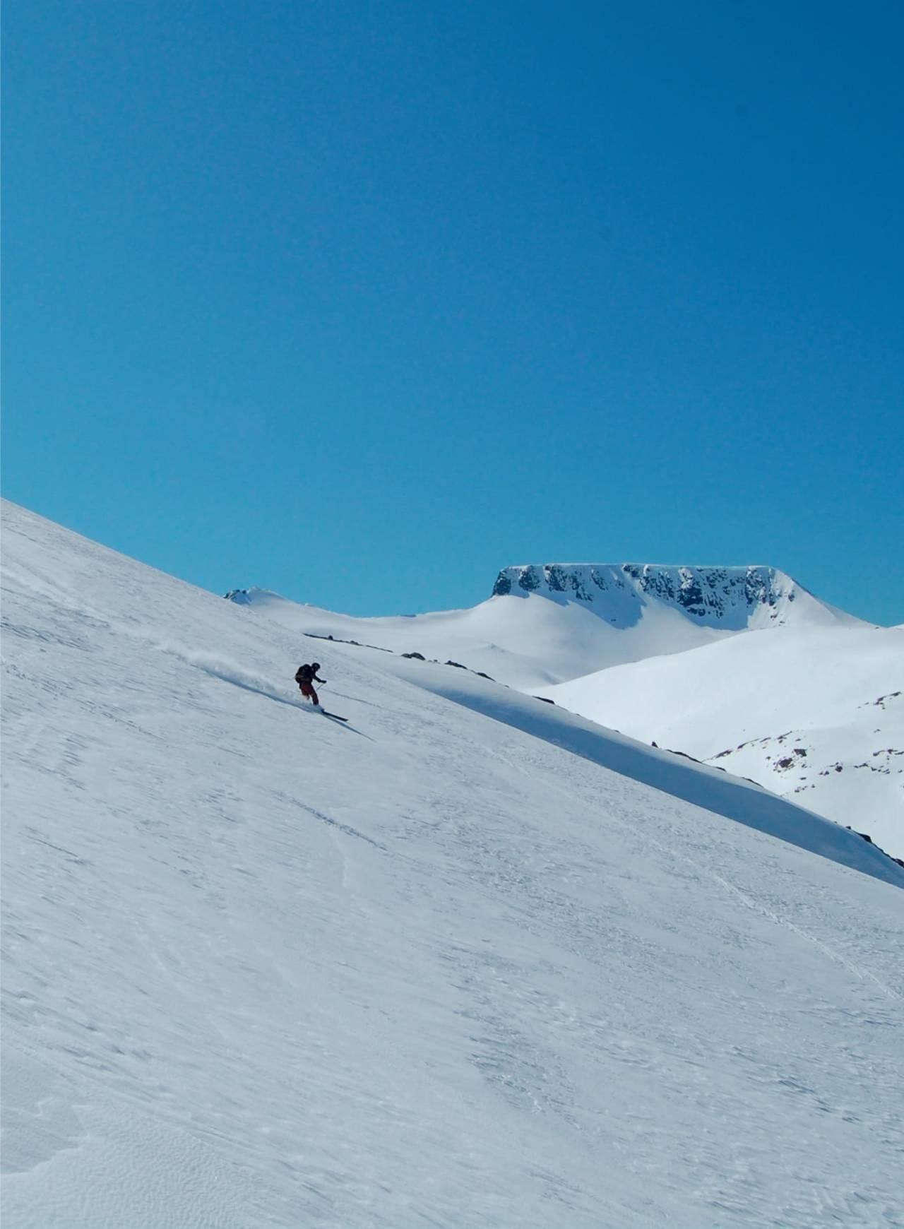 Med store skinnende snøflanker kan du velge akkurat hvor du vil legge sporet ditt. Foto: Cato Leganger. / Toppturer i Sørvest.