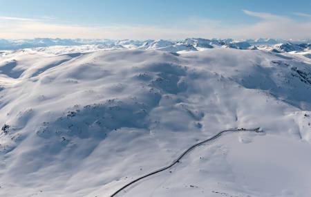 Kaperfjellet (t.v.) og Istind sett fra nord. Foto: Jan R. Olsen. / Trygge toppturer.