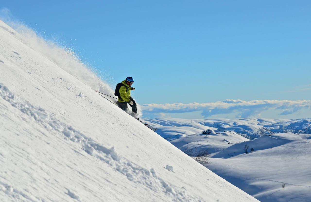 På Hilleknuten får du utsikt servert sammen med bratt nedkjøring. Asbjørn Hegdal viser veien. Foto: Øyvind Salvesen