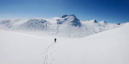 Mikael af Ekenstam på tur opp mot Ristačohkka. Nedkjøringen fra Storsteinsfjellet vises i bakgrunnen, til venstre for de mørke og spisse toppene. Foto: Kaj Sønnichsen / Toppturer rundt Narvik.