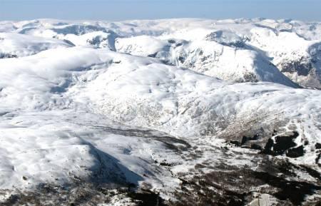 Blåfjellet sett fra sør. Sogndal Skisenter Hodlekve til høyre og kjente fjell som Togga og Frudalshesten i bakgrunnen. Foto: Bjørnar Bjørhusdal. / Trygge toppturer.