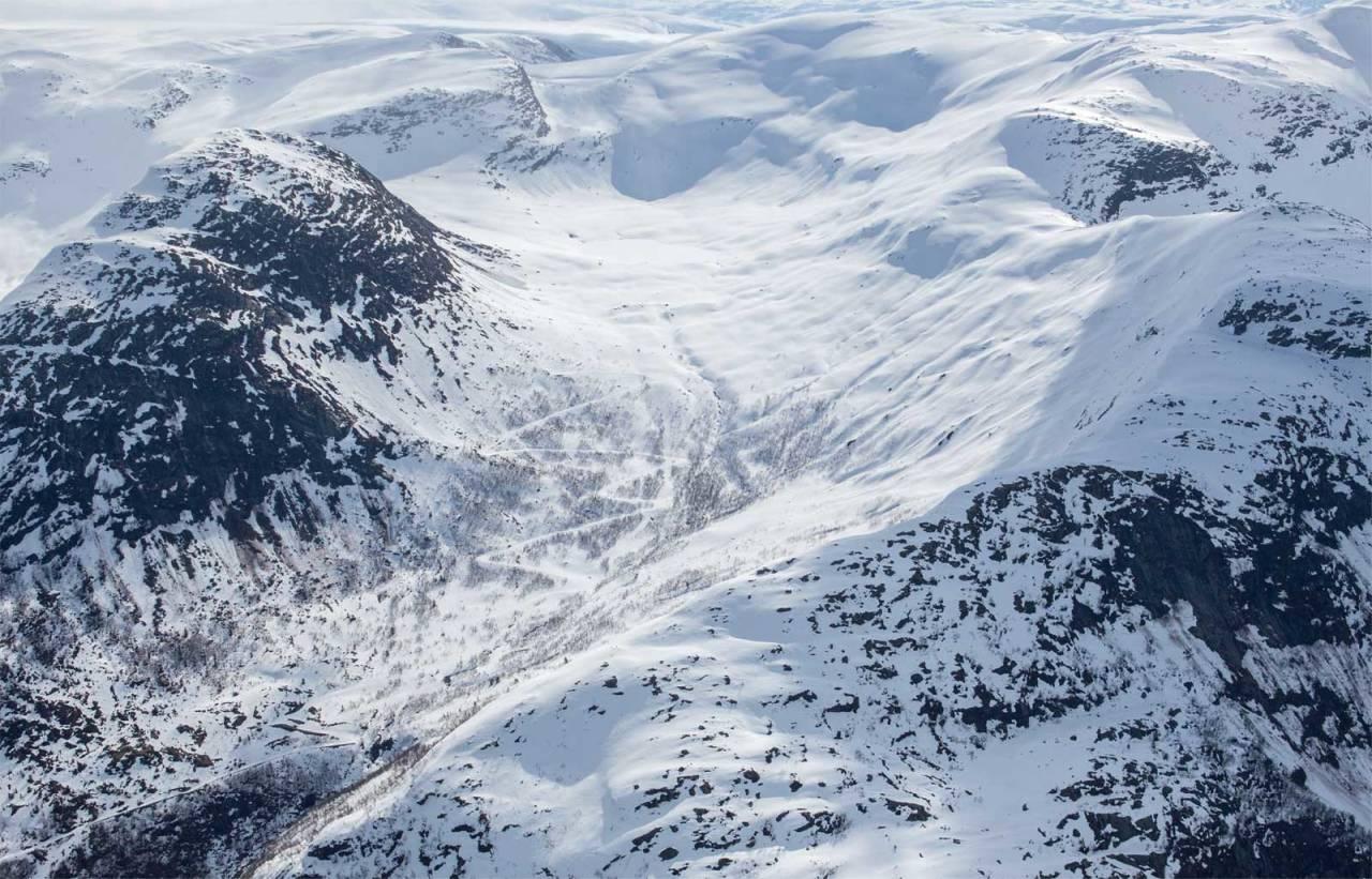 Hytta på Mannen sett fra nordvest. Myrhønna er toppen til venstre. Foto: Espen Schive. / Trygge toppturer.