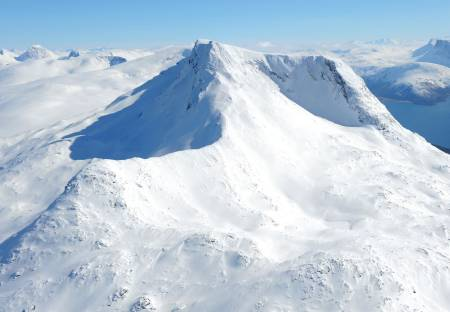 Sovende Dronning fra nordvest. Litletind vises til venstre på bildet. Foto: Rune Dahl / Toppturer rundt Narvik.