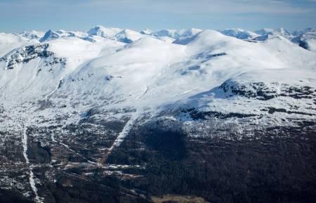 Natakupa sett fra sør. Ruta er tegnet fra bunnen av alpinanlegget. Foto: Håvard Myklebust. / Trygge toppturer.