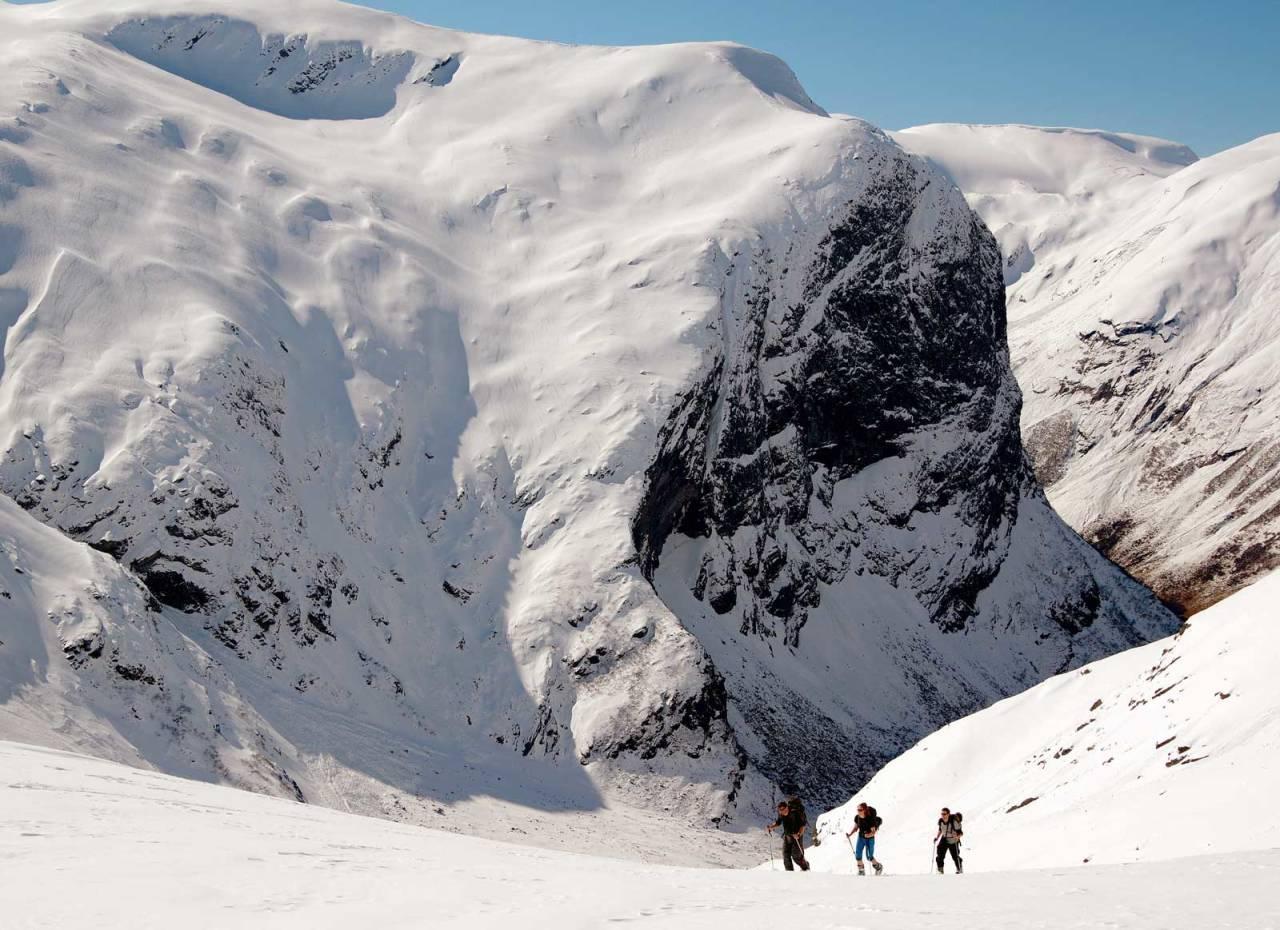 Utsikt mot Gallen under oppstigninga til Geitafjellet. Foto: Brit Siv Fimland. / Toppturar i Sunnfjord.
