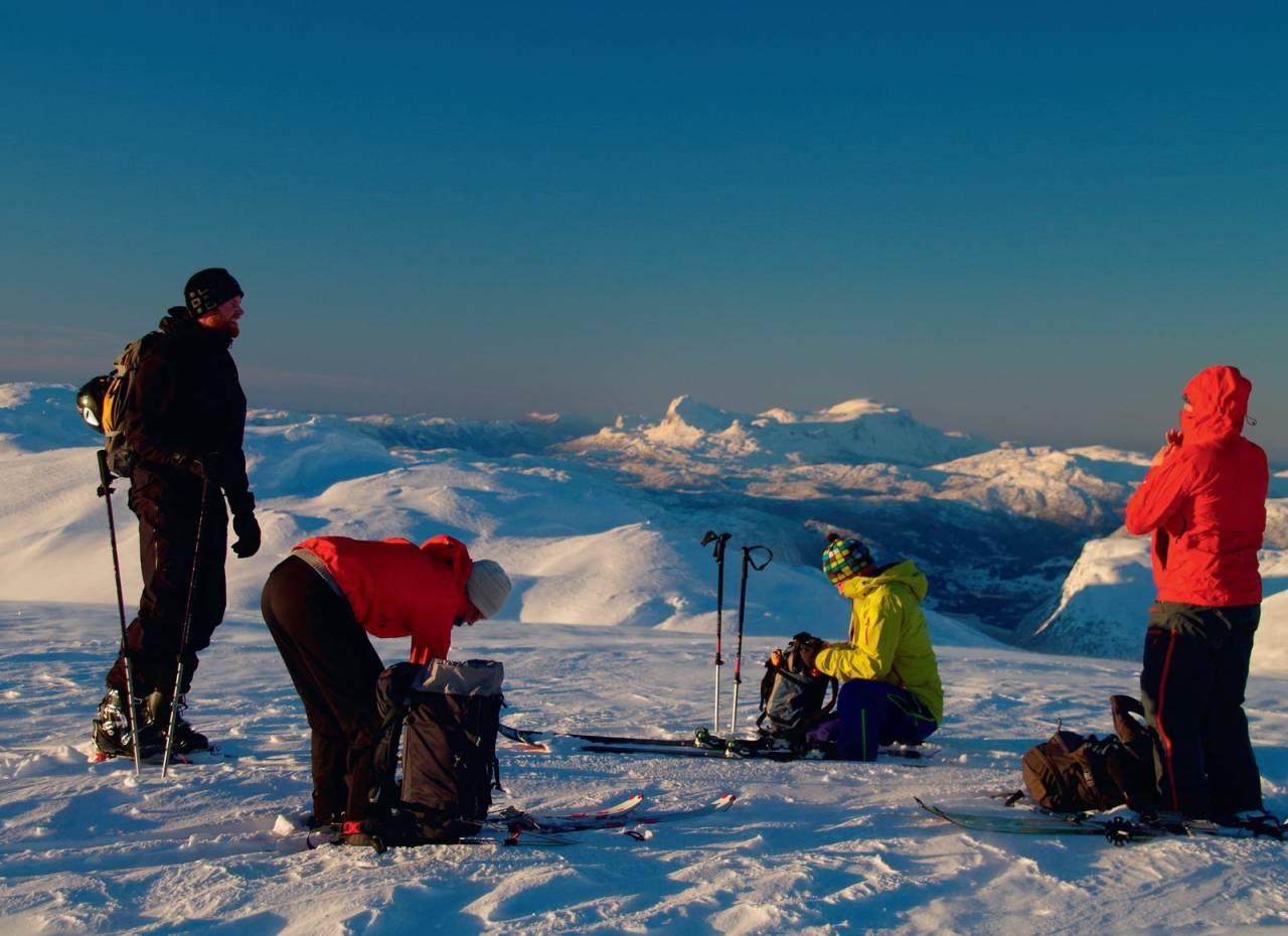 Julefeiring på toppen av Blåfjellet, med utsikt mot Storehesten og Blegja. Foto: Brit Siv Fimland. / Toppturar i Sunnfjord.